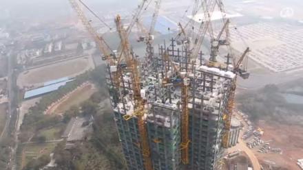 湖南长沙一幢超过两百米高的五十七层大楼以一天起3层楼的速度在短短19日内建成。