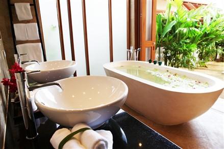 Baan Tawan Tok bathroom